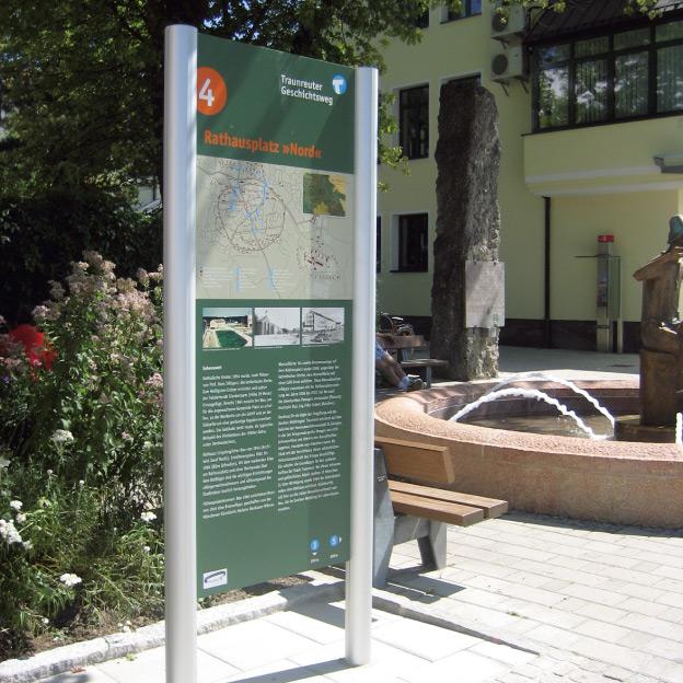 Stadt Traunreut, Geschichtsweg, Informationstele am Rathaus